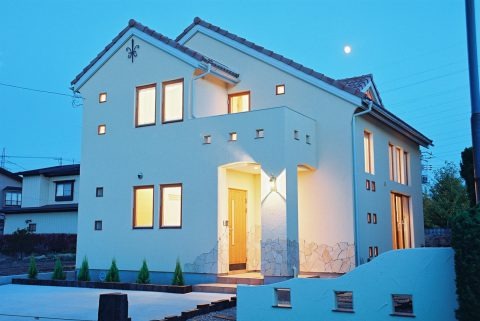 塗り壁に照明が映える家