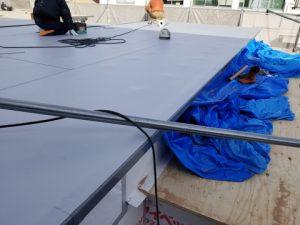 屋根のシート防水施工中