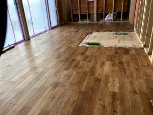 床と外壁の色